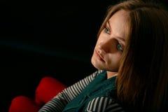 Härligt fundersamt flickaslut upp i mörkret Royaltyfria Foton