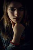 Härligt fundersamt flickaslut upp i mörkret Arkivbilder