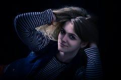 Härligt fundersamt flickaslut upp i mörkret Royaltyfri Foto