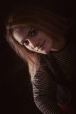Härligt fundersamt flickaslut upp i mörkret Royaltyfri Fotografi