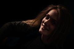 Härligt fundersamt flickaslut upp i mörkret Royaltyfri Bild