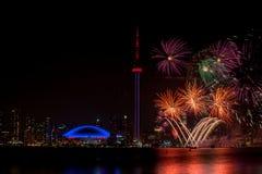Härligt fyrverkeri med CN-tornet Kanada Arkivfoto