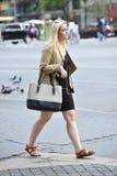 Härligt gå för blondin royaltyfri bild