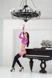 Härligt gå-går dansaren i en rosa dräkt och höga häl Royaltyfri Bild
