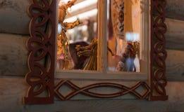 Härligt gammalt fönster i ett trähus med gamla traditionella dockor Royaltyfria Bilder