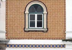 Härligt gammalt fönster på den belade med tegel väggen i Portugal Royaltyfri Foto