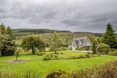 Härligt gammalt hus i Skottland med den trevliga trädgården Arkivbilder