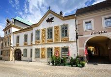 Härligt gammalt hus på en lappad gata i den historiska mitten av staden Melk lägre Österrike, Europa royaltyfri bild