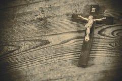 Härligt gammalt kors med jesus Arkivfoto