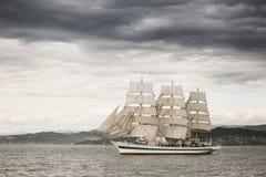 Härligt gammalt seglingskepp i havet Arkivfoton
