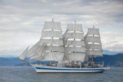 Härligt gammalt seglingskepp i havet Arkivbild