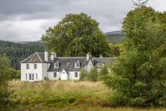 Härligt gammalt stort lantligt hus i Skottland Arkivfoton