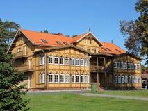 Härligt gammalt trähus, Litauen royaltyfria bilder