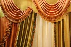 härligt gardinfönster Arkivbild