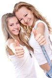 härligt ge sig tumm två övre kvinnor Royaltyfri Fotografi