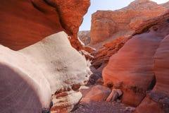 Härligt geologiskt bildande i öknen, färgrik sandstencan royaltyfria bilder