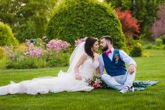 Härligt gift par som går att kyssa royaltyfri bild