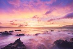 Härligt glöda för solnedgånghavsstrand Arkivbild
