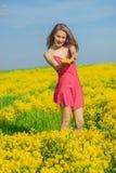 Härligt gladlynt kvinnavårfält Arkivfoto