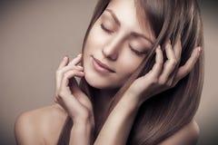 Härligt gladlynt tycka om för skönhetkvinnastående och ren hud royaltyfria bilder