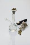Härligt glass rör med marijuana Arkivfoto