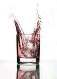 härligt glass vatten för ispinkfärgstänk Royaltyfri Fotografi