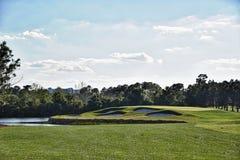 Härligt golfhål arkivbilder