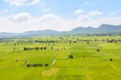 Härligt grönt fält och berg Arkivfoto