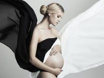 härligt gravid skjutit studiokvinnabarn Arkivfoto