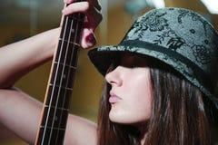 härligt guitarekvinnabarn Royaltyfri Fotografi