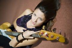 härligt guitarekvinnabarn Arkivfoton