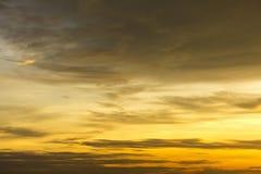 Härligt guld- solsken att reflektera och fördela med himmel och det mörka molnet på asia royaltyfri foto