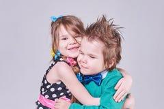 Härligt gulligt krama för pys och för flicka Royaltyfri Foto