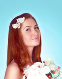 Härligt gulligt le för ung kvinna i blommaklänning Royaltyfria Foton
