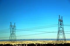 Härligt gult ogräsfältlandskap med det elektriska tornet i Nevada, sänder 66 i USA Arkivfoton