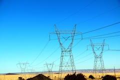 Härligt gult ogräsfältlandskap med det elektriska tornet i Nevada, sänder 66 i USA Royaltyfri Fotografi