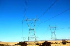 Härligt gult ogräsfältlandskap med det elektriska tornet i Nevada, sänder 66 i USA Royaltyfria Bilder