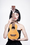 härligt guppa frisyrkvinnan gitarr Royaltyfria Bilder