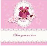 Härligt hälsningkort med en uggla på en filial Royaltyfria Bilder