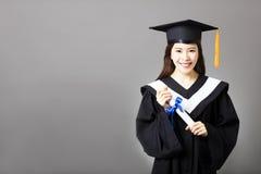 Härligt hållande diplom för ung kandidat royaltyfria foton