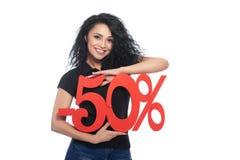 Härligt hållande procentsatstecken för ung kvinna av rabatten Arkivfoto