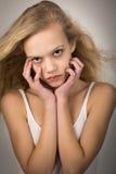 Härligt hår för tonårs- flicka i vindhänderna på framsida Arkivbilder