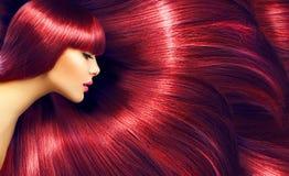 härligt hår Skönhetbrunettkvinna med långt rakt rött hår arkivfoto