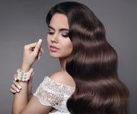 härligt hår white för stående för bakgrundsbrunett flicka isolerad Det purpurfärgade sminket och färgrikt ljust spikar Läka länge royaltyfri fotografi