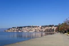 Härligt höstlandskap i sjön Ohrid Arkivfoto