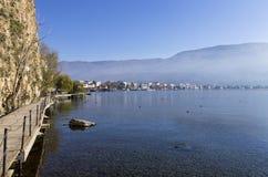 Härligt höstlandskap i sjön Ohrid Arkivfoton