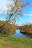 Härligt höstlandskap med floden Royaltyfria Bilder