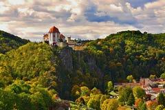 Härligt höstlandskap med floden, slotten och blå himmel med moln och solen Vranov nad Dyji Vranov ovanför den Thaya chateauen, ri royaltyfria bilder