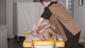 härligt ha massagekvinnan stock video