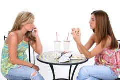 härligt ha unga kvinnor för lunch tillsammans royaltyfri foto